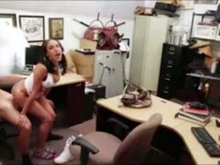 Drobounký kubánský dívka seduces owner s televize