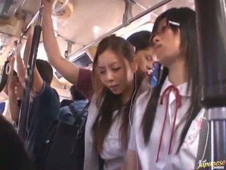 Shameless pervers chinez females having funtime în jurul bananas în public autobus