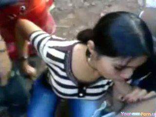 Indisch chick bij een sideroad orgie