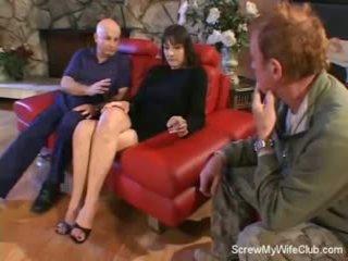Sieva screwed par a sarkans dīvāns