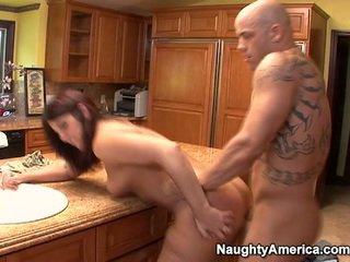 Åldrad has thang onto köks counter