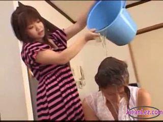 Asijské dívka tied na lůžko licked fingered stimulated s hračky