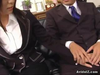 Seksikas sekretär satomi maeno touches an inetu munn!