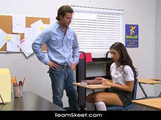 Innocenthigh ψηλός/'η κορίτσι του σχολείου teenager scarlet banks αίθουσα διδασκαλίας bumped