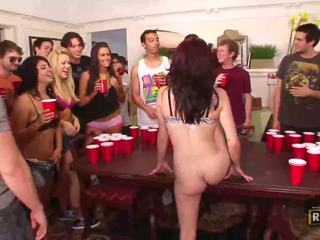 Mabuk seks pesta seks berkumpulan dengan panas telanjang kanak-kanak perempuan fucked dan licked pada yang jadual