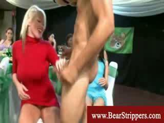 Bekläs kvinnlig naken hane parten damer med djupt throat
