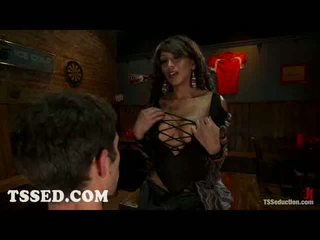 Pechugona travestido yasmin lee bounds two guys en bar