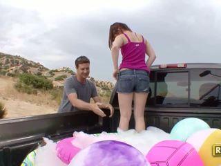 Hitchhiker having utomhus kön i den tillbaka av den bil