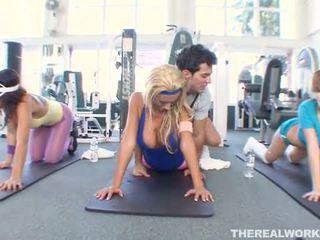 Blondynka gorące laska gets hardcore seks w the siłownia