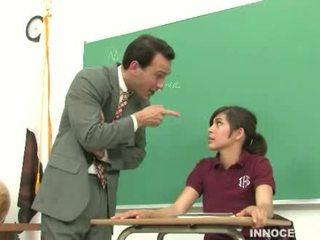 Κορίτσι του σχολείου spanked και κακοποιημένος/η