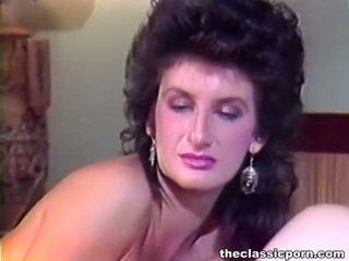 Lad și doamnă having distracție în jurul penis