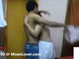 Seksikäs intialainen pari kovacorea suutelua