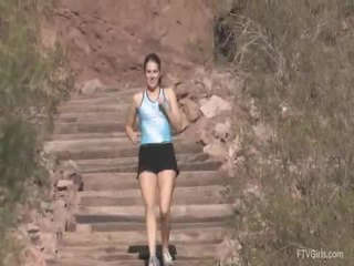 Emilie goes vì các jog và stretcthis persons