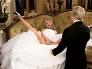 Brud i vakker bryllup kjole spredning ben