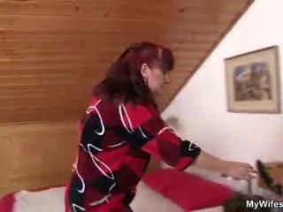 Lewd mother-in-law toying të saj e rruar kuçkë pastaj takes e tij kokosh