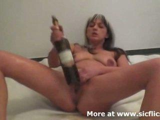 אכזרי פיסטינג ו - יין bottles לעשות שלה השפרצה