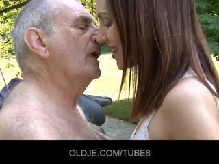 Jovem russa gaja rides realmente velho homem