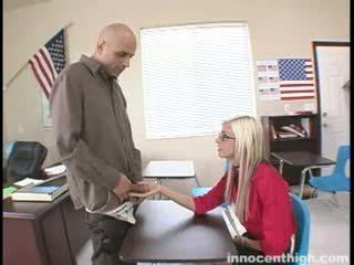 枯瘦 懒妇 fucks 该 老师