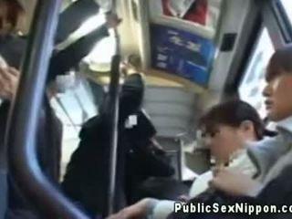 Publicsex asiática fingered en la autobús