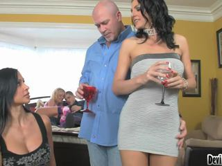 Super hawt couples deciding บน สิ่งที่ ไปยัง ทำ ใน ของพวกเขา เพศ ปาร์ตี้!