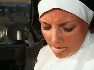 גדול chested שמנמן נזירה fucks & sucks