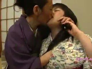 Asiática jovem grávida em kimono gets dela tetas licked