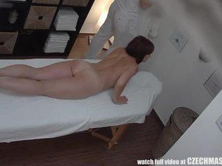 Krūtinga milf gets pakliuvom metu masažas