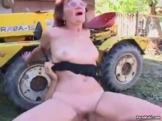 Červenovlasé babka fucked v the späť yard