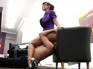 Onnekas työntekijä licking hänen kuuma läkkäämpi pomo
