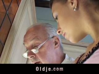 Brunetka licks oldman wszystko przez jego sere skin i fucks go