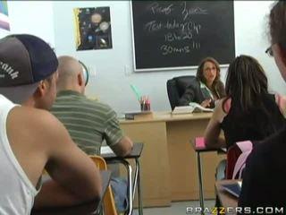 Seksuālā krūtainas brunete gets blackmailed līdz a jauns studente