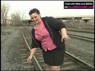 Χοντρός/ή πριγκίπισσα gets γυμνός/ή επί railway
