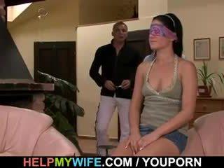 年轻 妻子 gets 一 cuckolding 惊