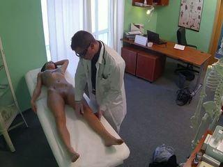 Stupéfiant pole dancer baisée par docteur en fake