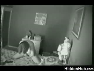 Matka przyłapani masturbacja przez a ukryty camera