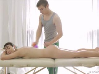 18 virgin seks: sangat indah rambut coklat remaja gets massaged dan kacau