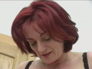 Redhead granny-beauty anal på stairs
