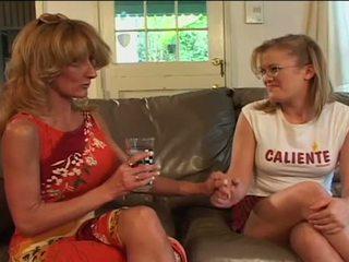 Stor bröst lesbisk grannyen sharing filthy dildon med ung baben