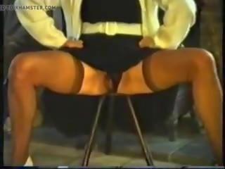 Paros matura pees sitting pe o stool, porno 77