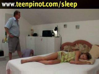 Soving babe knullet av senior
