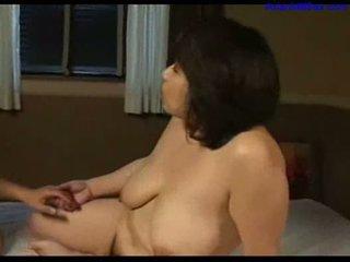 Krūtinga storas milf licked fingered čiulpimas jaunas guy varpa apie the