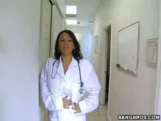 Medic fulfills të saj e ndyrë needs