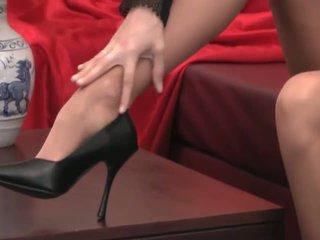 セクシー provocative ベイブ とともに 長い 脚 で 高い 踵 と パンスト teases