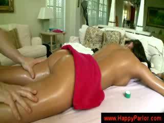 Cậu bé tóc nâu gets cô ấy tits massaged