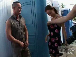 Two karštas brunetė merginos giving two stiff bazookas a čiulpimas į viešumas