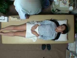 Spycam reluctant bashkëshorte seduced nga masseur