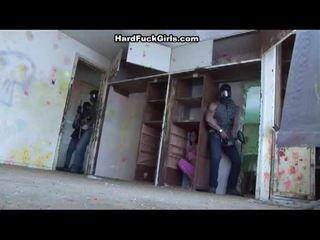 Femeie prins și inpulit în an abandoned casă