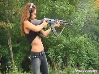 Shooting guns aizvērt līdz daži avid fool