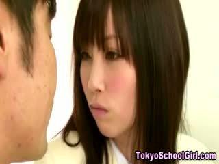 일본의 아시아의 여학생 가슴 squeezed