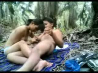 Индонезийски тийн прецака в на джунгла